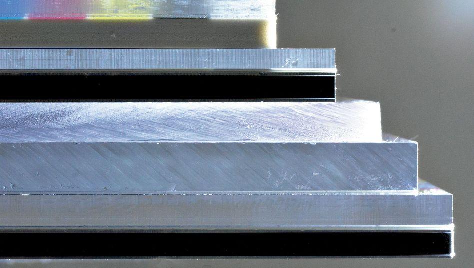 Die Schnittkanten von Dibond und Acryl sind meist sägerau und oft messerscharf