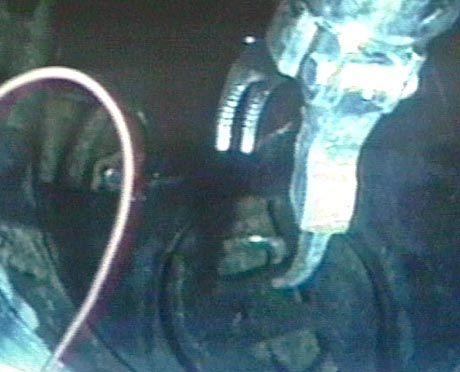 Mit einem Roboterarm könnten die norwegischen Taucher die Opfer bergen.