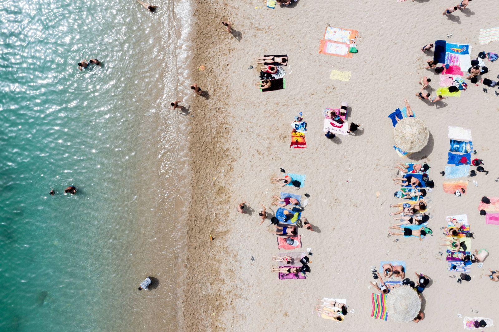 Momentaufnahme vom Strand von Glyfada bei Athen (Griechenland / Attika). Hunderte von organisierten Stränden sollen am