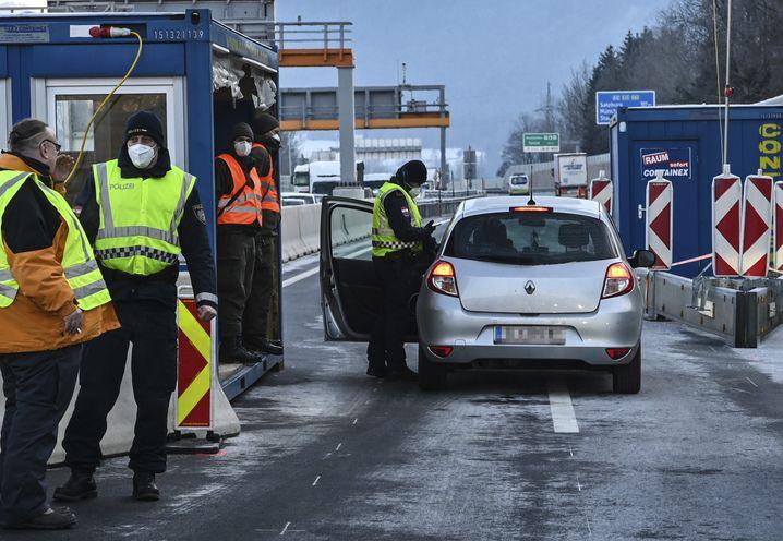 Kontrollen bei der Ausreise aus Tirol an der Grenze zu Deutschland bei Kufstein