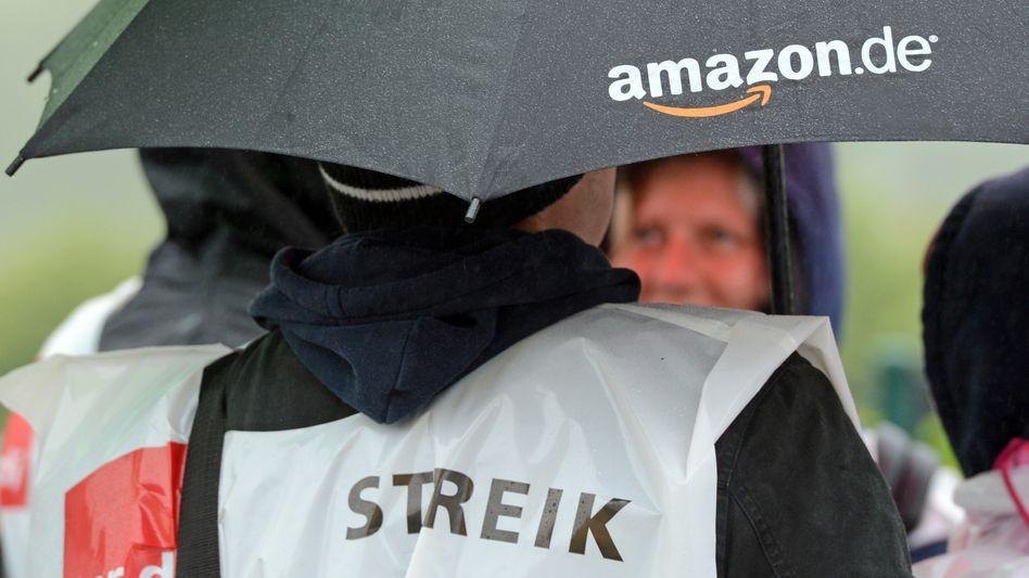 Amazon-Mitarbeiter stehen im Regen: Streik am Standort Leipzig