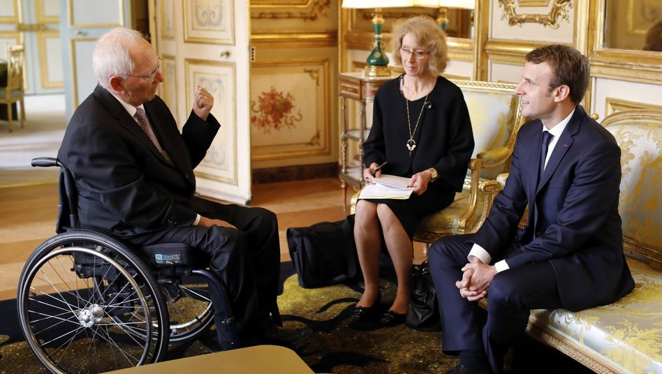 Emmanuel Macron (r.) mit Bundesfinanzminister Wolfgang Schäuble