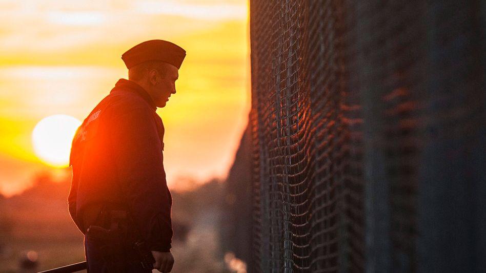 Ungarischer Polizist an der Grenze zu Serbien: Ein Mini-Heer von Frontex