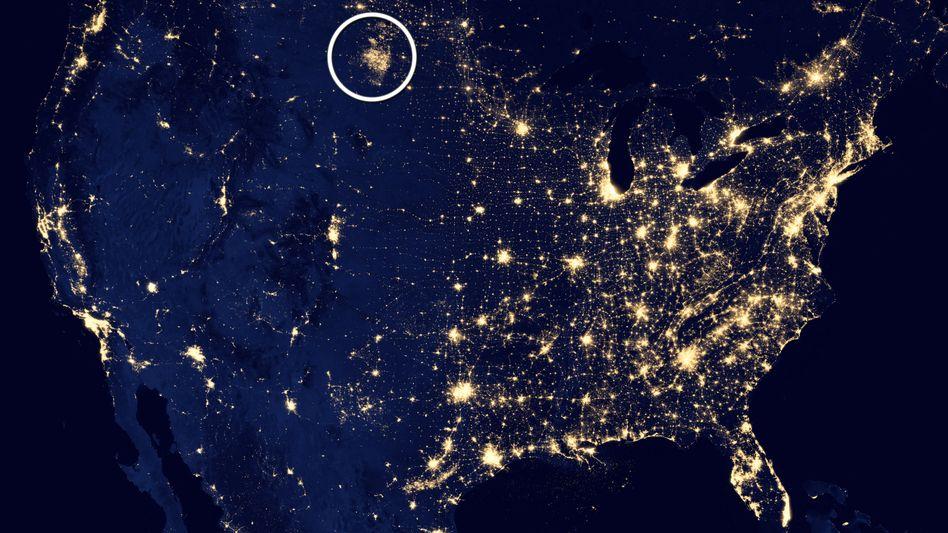 Satellitenbild der USA: Hell erleuchetes Ölfeld in North Dakota (umkreist)