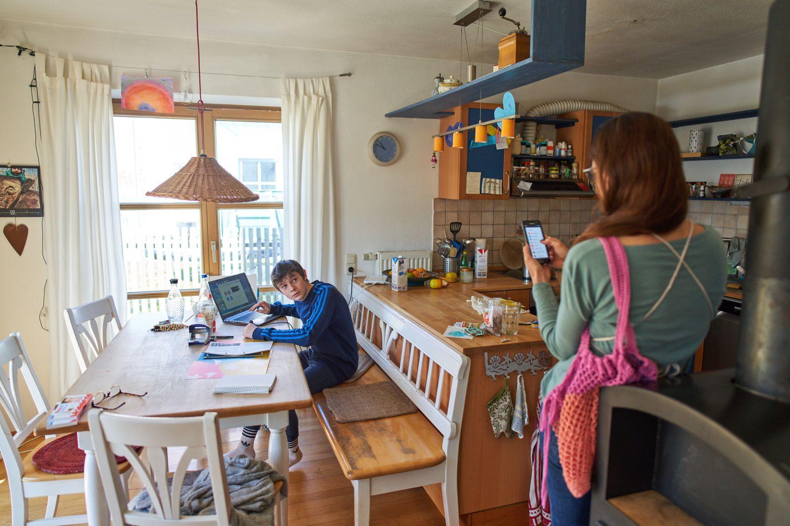 Corona-Krise: Kontaktsperre - das eingeschränkte Leben zu Hause