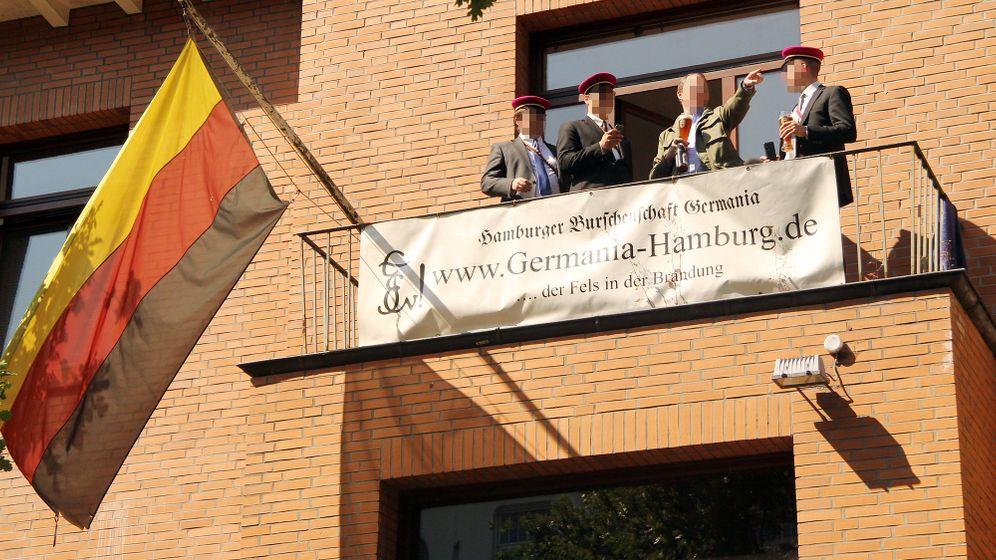 Schülerburschen in Hamburg: Treffen hinter blickdichten Vorhängen