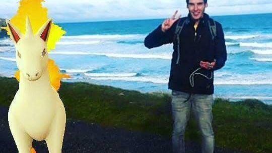 Tom Currie mit der Pokémon-Figur Gallopa (Screenshot)