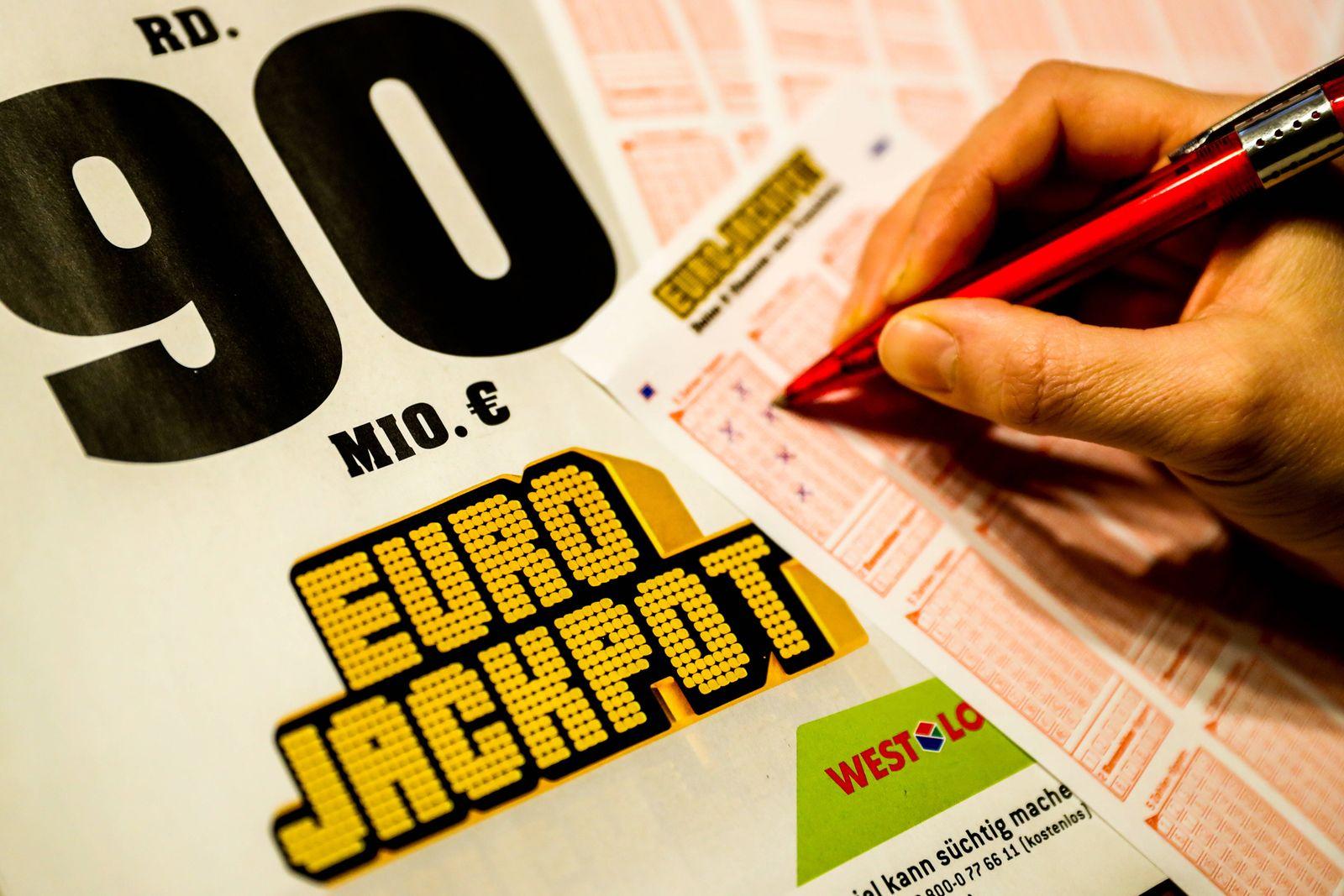 Symbolfoto Lottoschein am 14.01.2021 Ein Lottoschein des Eurojackpot wird ausgefüllt. Foto: osnapix Symbolfoto Lottosch