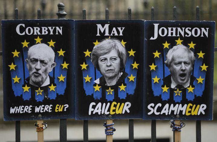 Anti-Brexit-Plakate vor dem Unterhaus: Jeremy Corbyn, Theresa May und Boris Johnson (v.l.)