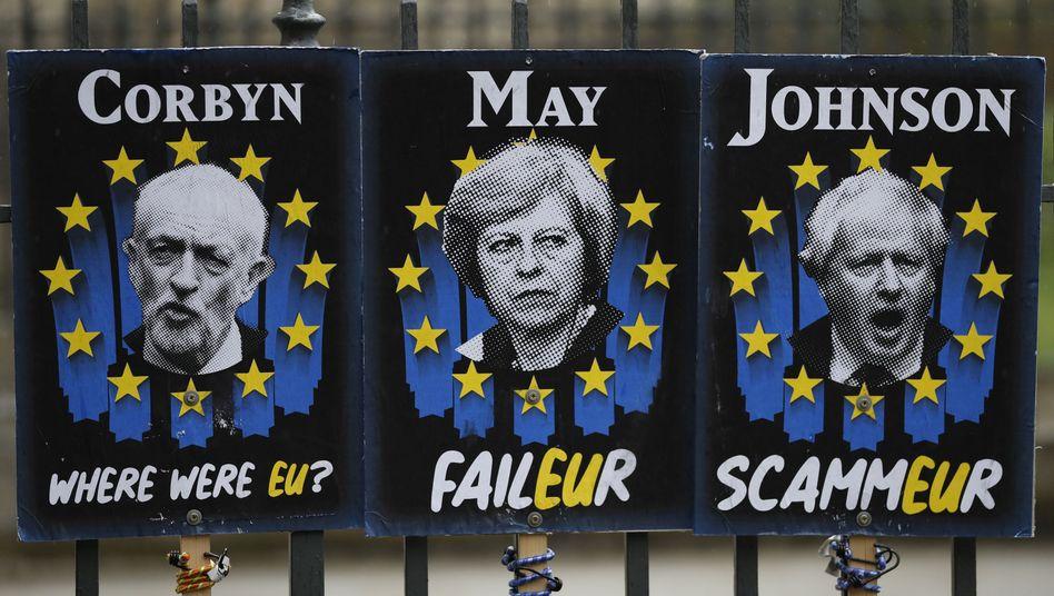 Anti-Brexit-Plakate vor dem britischen Unterhaus zeigen Labour-Chef Corbyn, Theresa May und deren Möchtegern-Nachfolger Boris Johnson