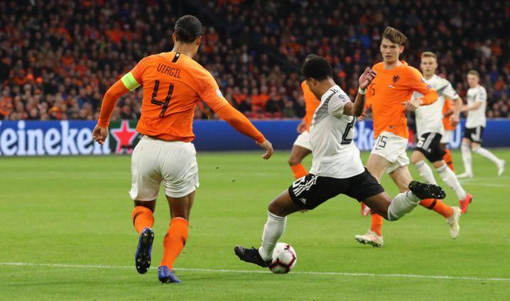 Serge Gnabry lässt den teuersten Verteidiger der Welt stehen: Virgil van Dijk vom FC Liverpool.