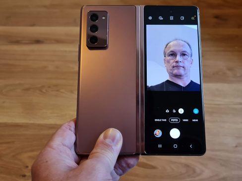 Wenn man die Hauptkameras mitzählt, hat das Z Fold 5G sogar fünf Selfie-Knipsen