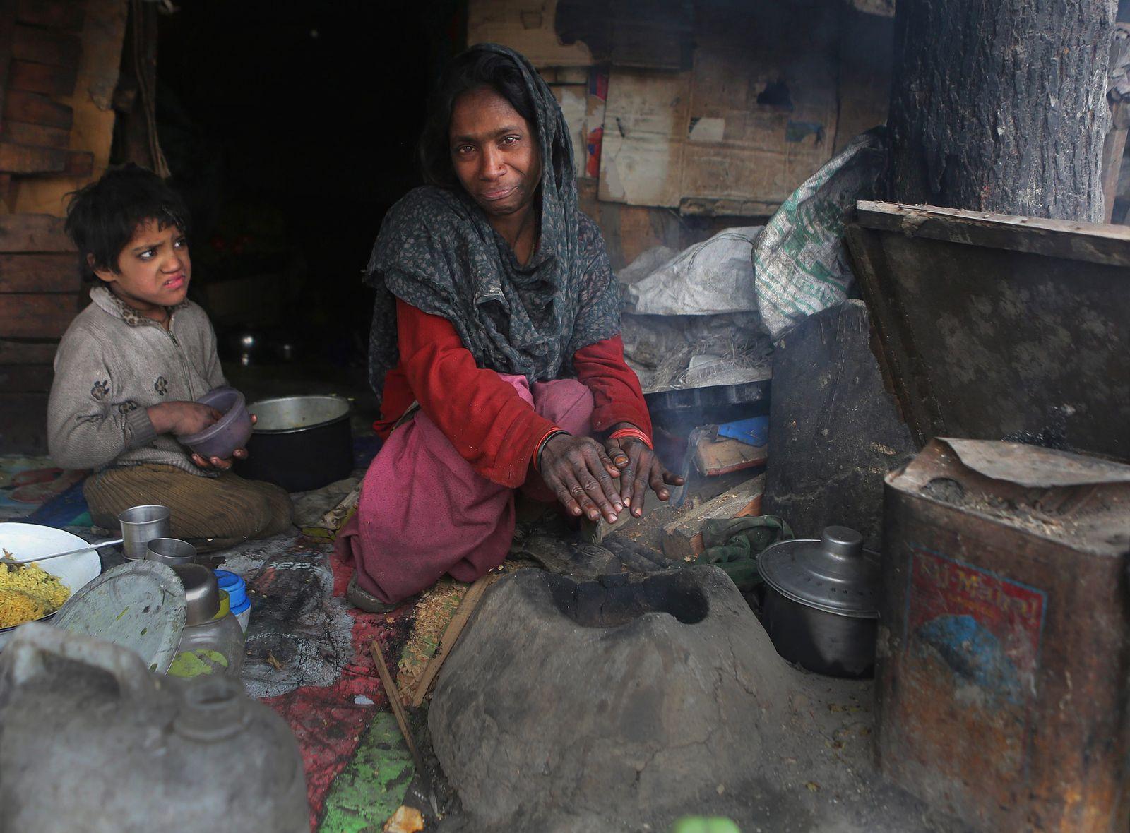 SPERRFRIST 16.09.15 19Uhr Luftverschmutzung/ Indische Frau am Lehmofen