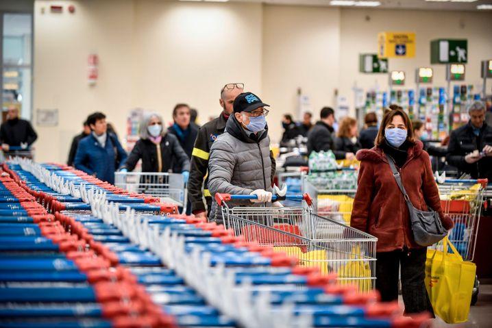 Szene in Mailänder Supermarkt: Abstand zu Personal und anderen Kunden