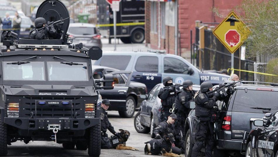 Polizeieinheit im Bostoner Vorort Watertown am Freitag: Journalisten twitterten die Funksprüche der Polizei