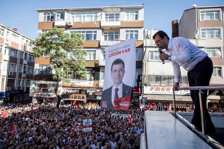 Imamoglu spricht in Istanbul zu seinen Anhängern