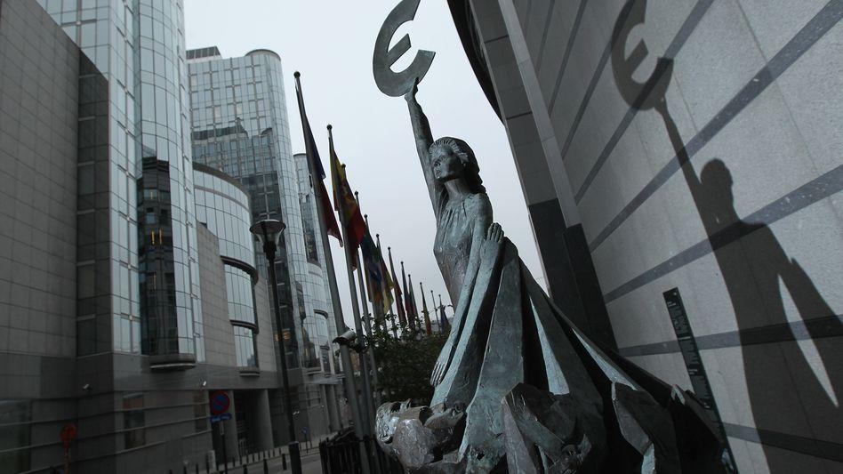 Euro-Skulptur in Brüssel: Die Geldgeber zeigen sich beim Rettungsschirm zurückhaltend