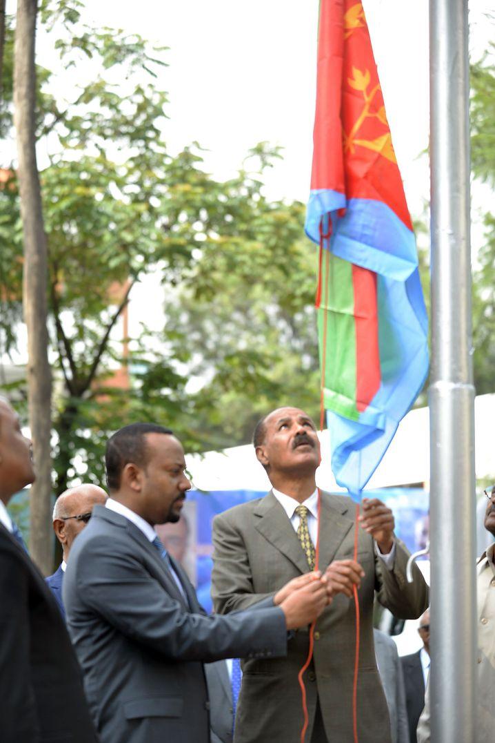 Afewerki (r.) vor Eritreas Botschaft in Addis Abeba