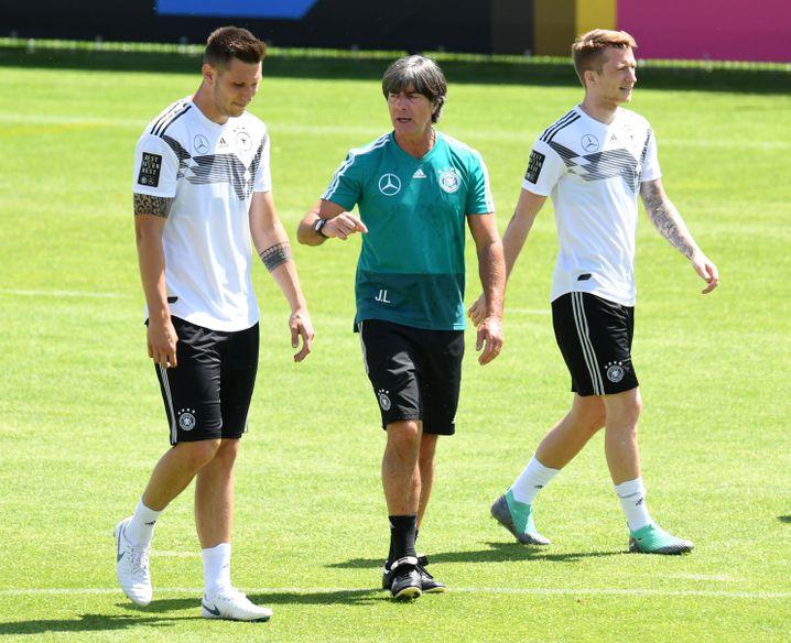 Niklas Süle, Joachim Löw und Marco Reus (v.l.)