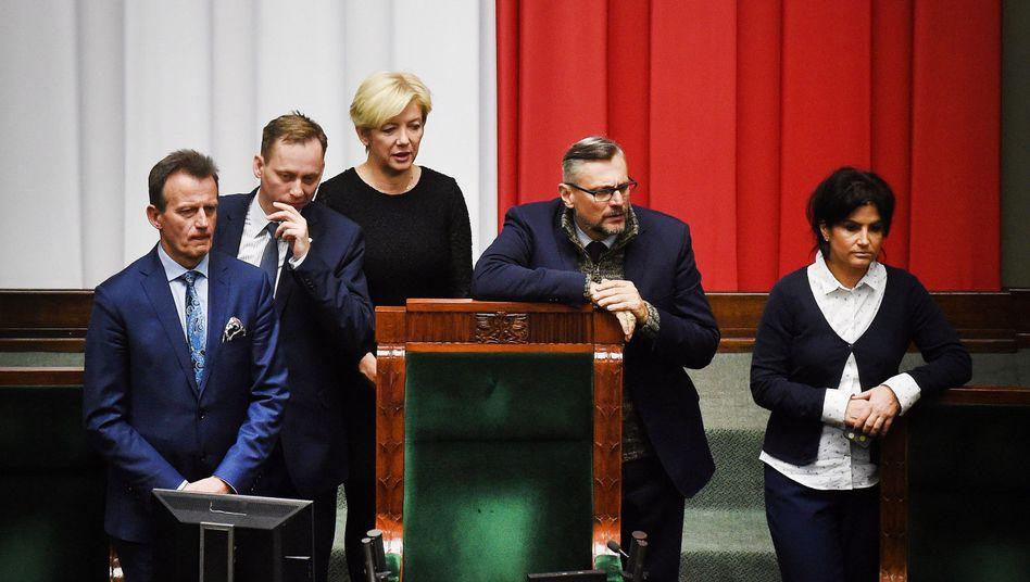 Mitglieder der Oppositionsparteien im geschlossenen Plenarsaal der Sejm