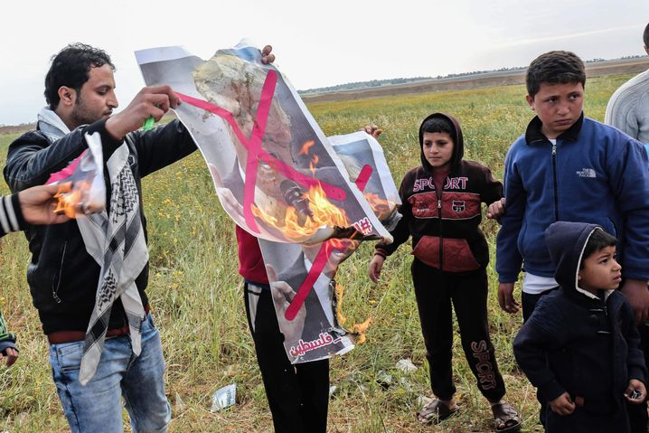 Palästinenser verbrennen Trump-Poster