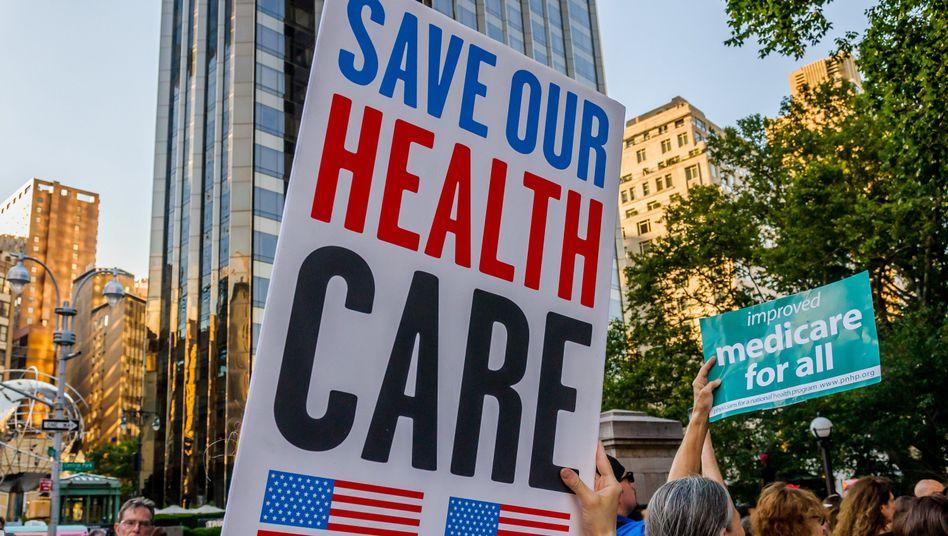 """Demonstranten protestieren in New York gegen """"Trumpcare"""" (Archiv)"""