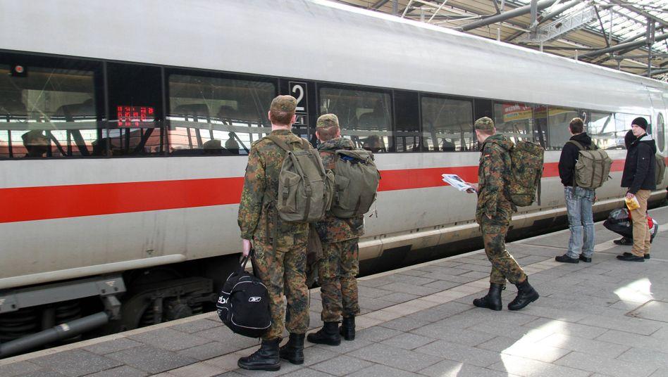 Bundeswehrsoldaten in Uniform auf dem Bahnsteig in Erfurt: Gratistickets kommen gut an