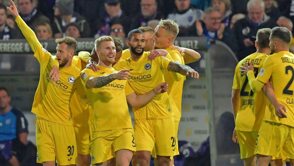 Andreas Voglsammer (M.) feierte seinen Treffer mit dem Team