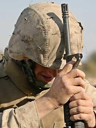 Betender GI in Falludscha: Jeder dritte Soldat seelisch krank?