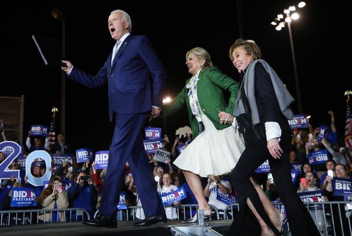 Super-Tuesday-Sieger Joe Biden mit seiner Frau Jill und seiner Schwester Valerie in Los Angeles