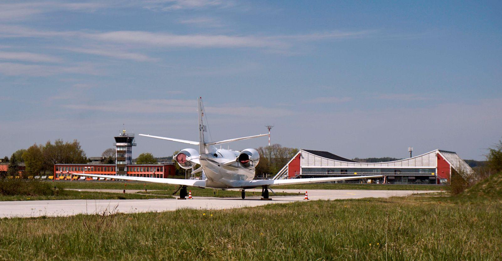 17.04.2020, Allg?u-Airport Memmingen, Cessna Privatjet parkt am Rande, hinten der Tower f¸r die Fluglotsen, wegen der Co
