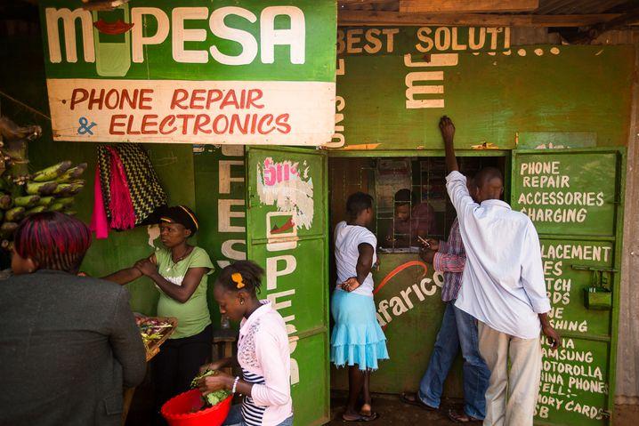 »M-Pesa«-Registrierung in Nairobi: Der Mobile-Payment-Dienst hat mittlerweile Millionen von Nutzern weltweit
