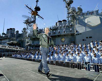 Kampf um die Weltherrschaft: Bush bei einer Navy-Parade