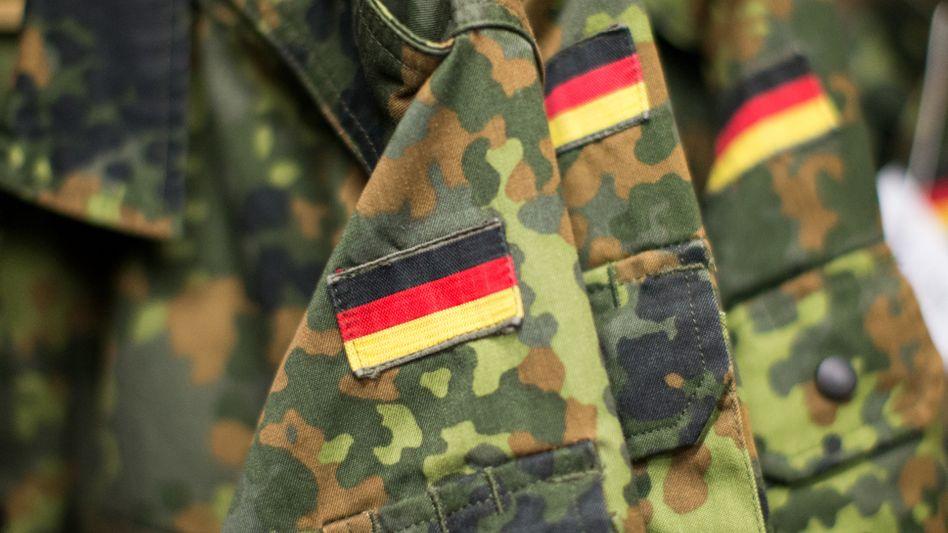 Jacken der Bundeswehr: Einem Bericht zufolge soll es sich bei dem Verdächtigen um einen 40-jährigen Soldaten aus der Tollense-Kaserne handeln