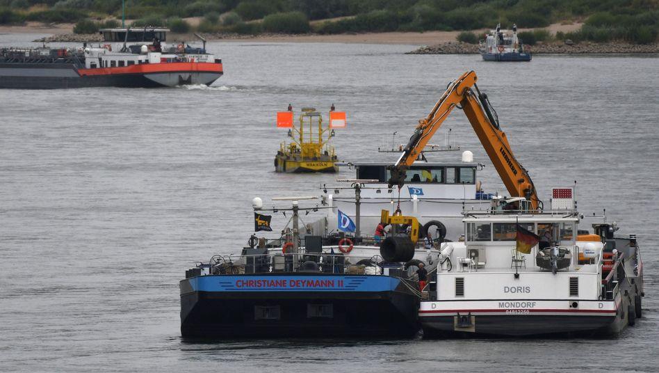 """Festsitzendes Frachtschiff """"Christiane Deymann 2"""" auf dem Rhein"""