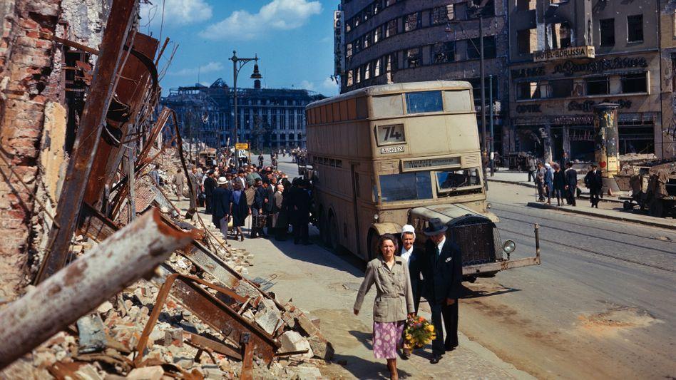 Passanten in der Potsdamer Straße in Berlin im Juli 1945 (im Hintergrund das zerstörte Kaufhaus Wertheim)