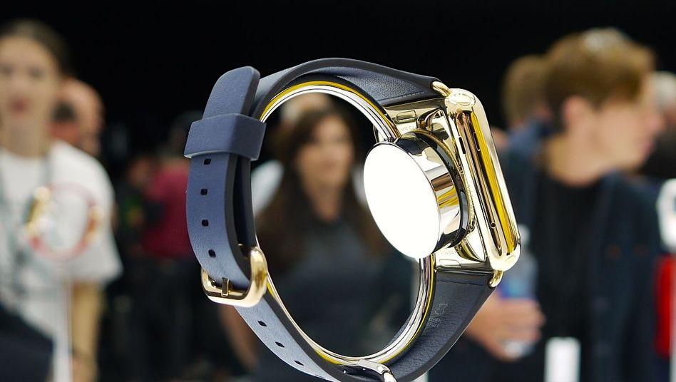 Ladegerät: Strom bekommt die Apple Watch drahtlos über ein Ladekabel, das magnetisch an der Rückseite der Uhr haftet