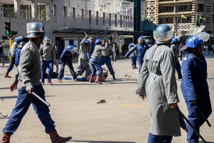 Simbabwische Sicherheitskräfte prügeln im August 2019 auf einen am Boden liegenden Demonstranten ein
