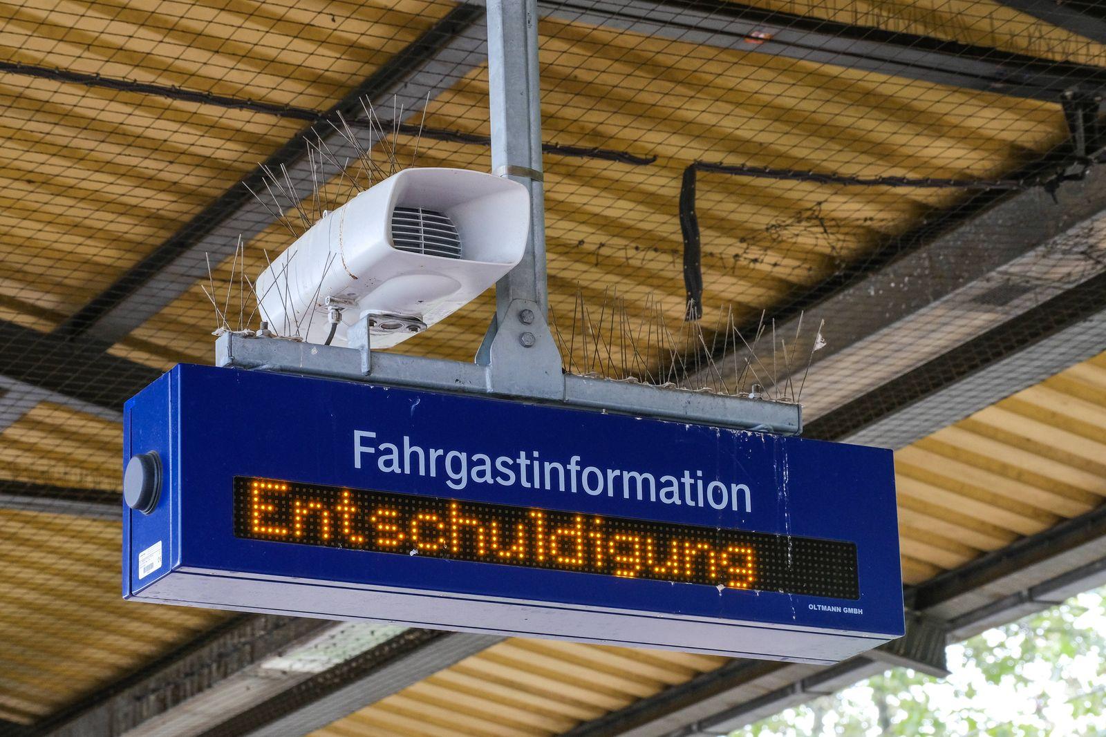 Düsseldorf 11.08.2021 Bahnsteig Entschuldigung Anzeige Anzeigetafel Infotafel Leuchttafel Laufband Lautsprecher Fahrgas