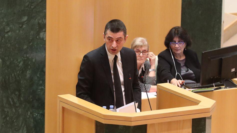 Giorgi Gacharia bei seiner Anhörung im georgischen Parlament