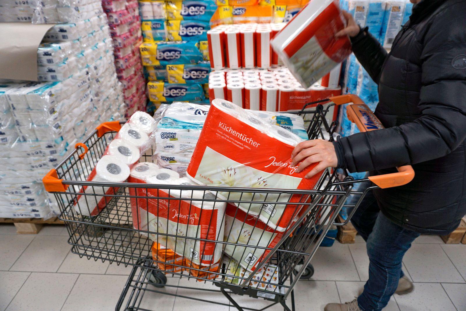 28.02.2020, Hamsterkäufe wegen Corona-Virus, Frau kauft große Mengen an Papiertüchern und Klopapier zur Überbrückung ein