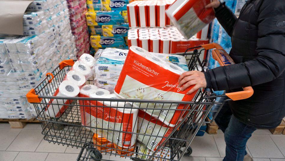 Hamsterkäufe: Toilettenpapier und Küchenrolle sind besonders gefragt