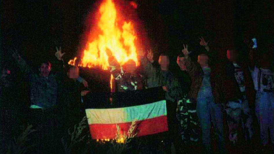 Mitglieder der »Kameradschaft Jena« bei einer Kreuzverbrennung in Thüringen 1995: Ralf Wohlleben (l.), André K. (2. v. l.), Uwe Böhnhardt (4. v. r.), Holger G. (3. v. r.).