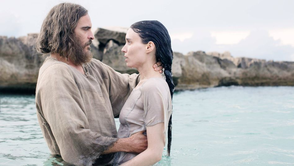 "Jesus und Maria Magdalena (Szene aus ""Maria Magdalena"" mit Joaquin Phoenix und Rooney Mara)"