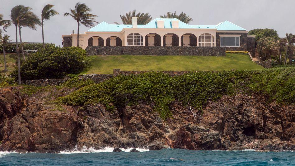 """Epstein-Anwesen auf Little Saint James: Er habe auf den Amerikanischen Jungferninseln ein """"umfassendes System des Menschenhandels und des sexuellen Missbrauchs junger Frauen"""" betrieben, sagte Generalstaatsanwältin George"""