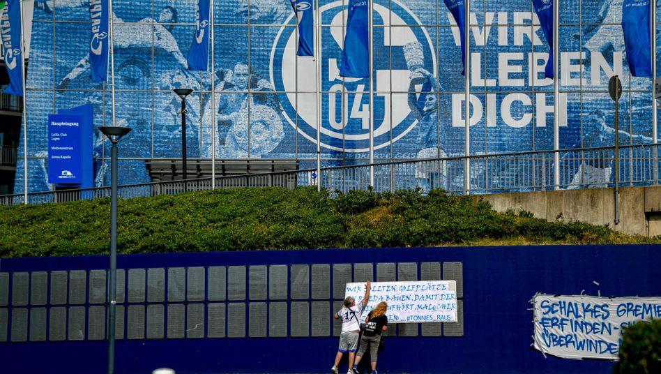 An der Arena von Schalke 04: Die Proteste einiger Fans gegen Clemens Tönnies nahmen Einfluss auf die Rücktrittsentscheidung als Aufsichtsratschef