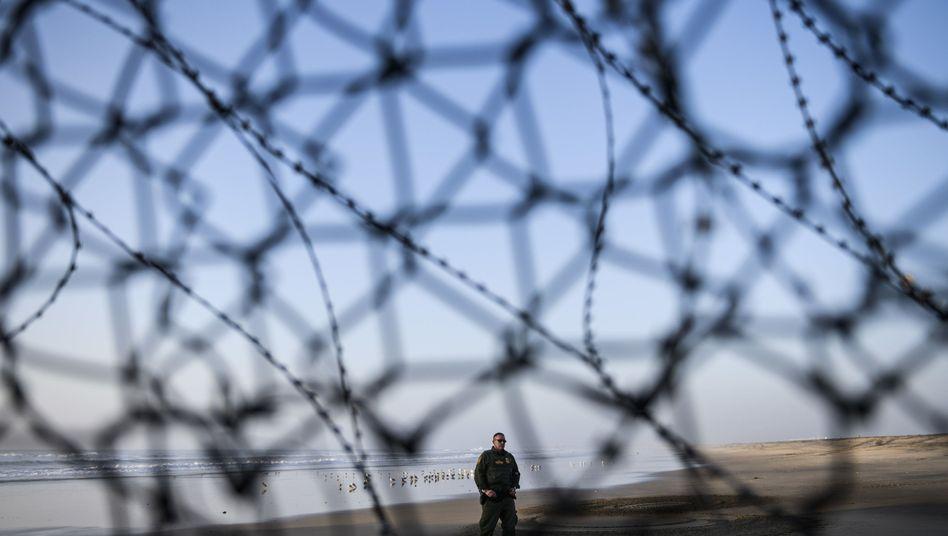 Ein Grenzschutzbeamter auf der US-Seite des Zauns zwischen San Diego, Kalifornien, und Tijuana, Mexiko