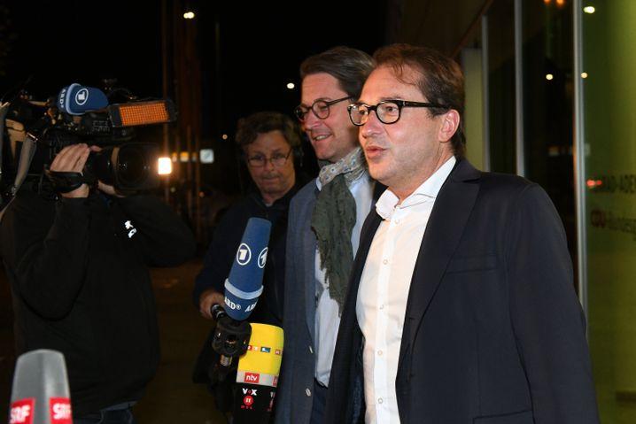 CSU-Landesgruppenchef Dobrindt (r.) und CSU-Generalsekretär Scheuer nach den Verhandlungen