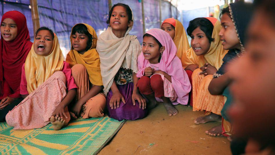 Kinder werden in einem Rohingya-Camp in der Stadt Cox's Bazar in Bangladesch unterrichtet