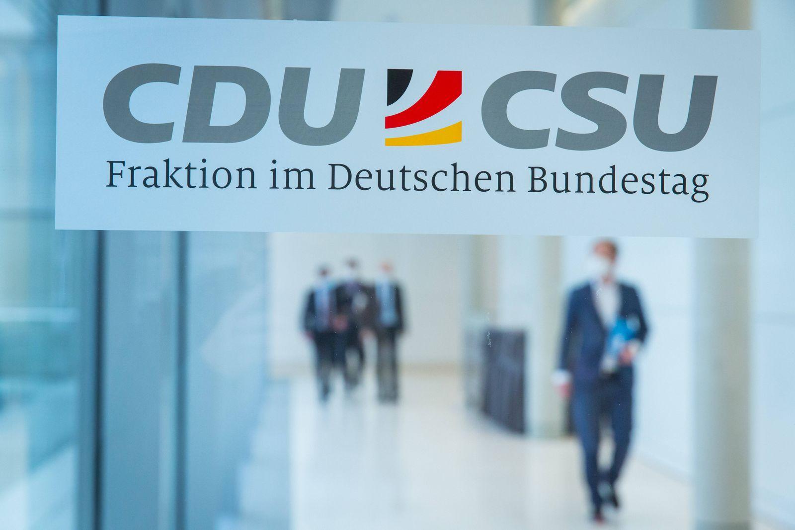 Berlin, Ralph Brinkhaus und Thorsten Frei gibt Pressekonferenz im Bundestag Das Logo der CDU CSU Fraktion im Deutschen B